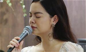 Phạm Quỳnh Anh bật khóc khi hát trước fan