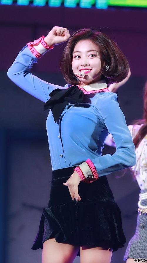 Sự thay đổi này khiến Ji Hyo liên tục được netizen Hàn khen ngợi, lọt top tìm kiếm sau mỗi lần xuất hiện. So với thời còn để tóc dài thì Ji Hyo tóc ngắn ở thời điểm hiện tại vừa xinh xắn hơn, vừa cá tính hơn.