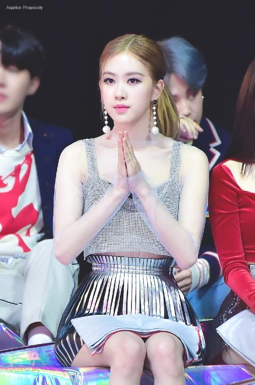 Trong đội hình toàn visual xịn như Black Pink, hình ảnh hiền lành của Rosé khiến cô luôn là mảnh ghép nhạt nhòa nhất so với Jennie, Ji Soo, Lisa. Tuy nhiên, tại lễ trao giải Melon Music Awards mới đây, Rosé lại là người nổi bật nhất Black Pink, lấn át toàn bộ cácmỹ nhân khác trong đêm diễn.