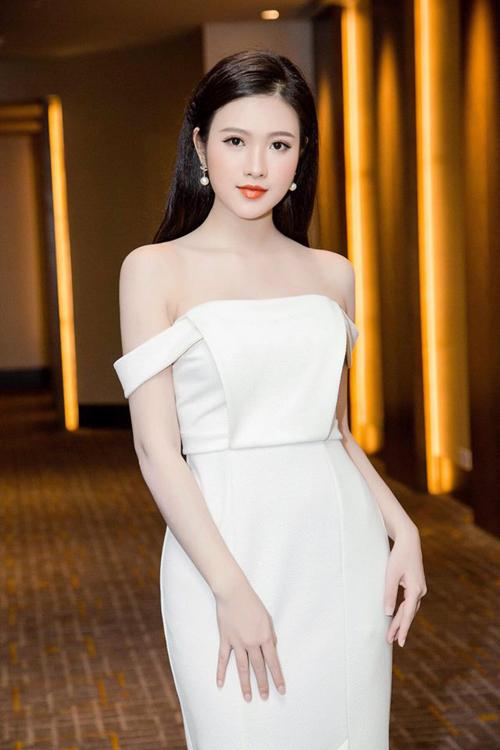 Với ưu điểm là vẻ đẹp trong veo cùng làn da trắng sáng, Ngọc Diễm ưa chuộng các kiểu trang phục gợi cảm, nữ tính.