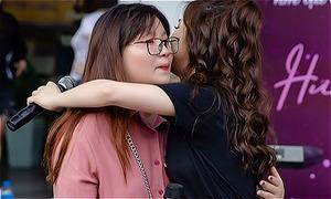 Hương Tràm ôm fan khóc giữa phố
