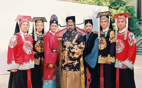 Bộ tứ hộ vệ cùng 3 diễn viên chính của phim Bao Thanh Thiên.