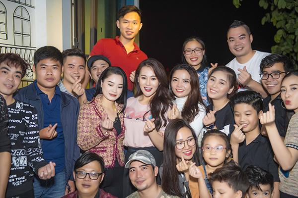 Cuối tuần qua, Phương Oanh làm khách mời đặc biệt trong một chương trình do các fan của cô tổ chức tại Hà Nội.   Một số fan lâu năm của cô đã quyết định cùng nhau tổ chức một buổi giao lưu nhỏ với nữ diễn viên để chúc mừng thành công của Phương Oanh với vai diễn Quỳnh búp bê cũng như bộ phim cùng tên. Chương trình không được thông báo rộng rãi và chỉ giới hạn trong khoảng 20 người, hầu hết là fan ruột của Phương Oanh từ nhiều năm nay, khi Quỳnh búp bê chưa lên sóng.