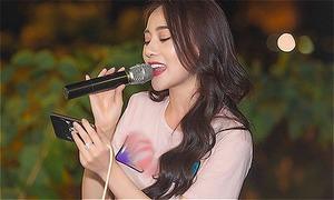 Phương Oanh hát hết mình trong cuộc họp fan
