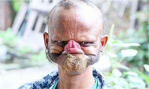 Người đàn ông nổi như cồn nhờ dùng lưỡi liếm trán