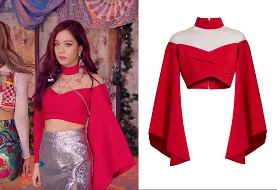 Một số fan cho rằng áo của Ji Soo là quá cũ, mặc từ thời quảng bá As If Its Your Last năm 2017.