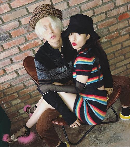 Hyun Ah ngồi gọn trong lòng bạn trai kém tuổi.