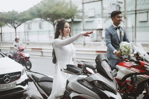 Cô dâu sau đó còn được hộ tống bằng dàn mô tô cực ngầu.