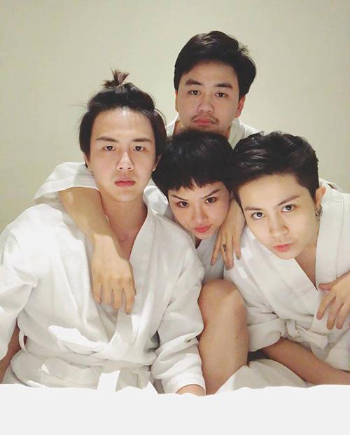 Hội bạn thân Duy Khánh - Miu Lê - Gil Lê rủ nhau bày tiệc ngủ chụp hình nghịch ngợm.
