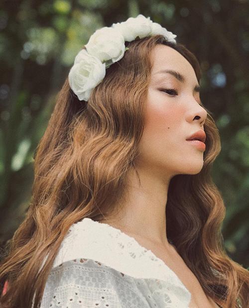 Yến Trang trông như nàng thơ trong truyện cổ khi để tóc xoăn sóng lãng mạn.