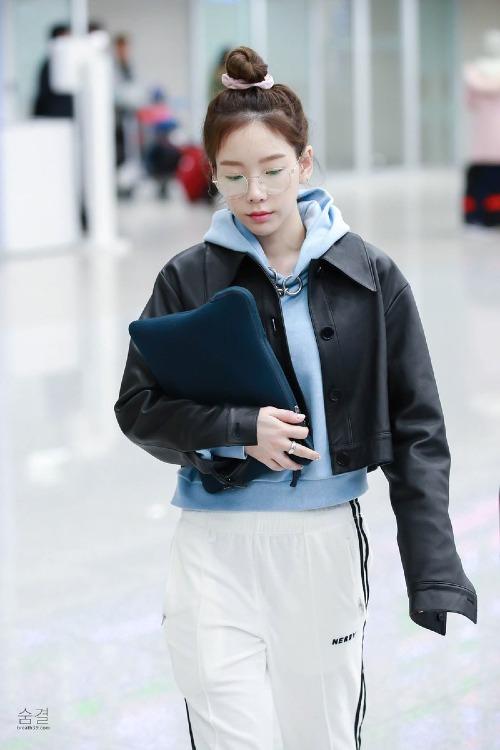 Thời gian gần đây, Tae Yeon bận rộn với concert tại Thái Lan. Những bức ảnh nữ ca sĩ xuất hiện ở sân bay khiến nhiều fan bất ngờ. Nữ ca sĩ nhóm SNSD đã bước sang tuổi 29, gần tiến đến ngưỡng 30 song vẫn hack tuổi khó tin.