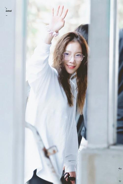 Bức ảnh Tae Yeon vẫy chào fan tại Bang Kok được fan chia sẻ rần rần trên mạng xã hội vì quá xinh đẹp, đáng yêu. Chỉ cần trang điểm nhẹ nhàng, nhan sắc của Tae Yeon vẫn đủ sức tỏa sáng, không thua kém cácđàn em xinh tươi hiện nay.