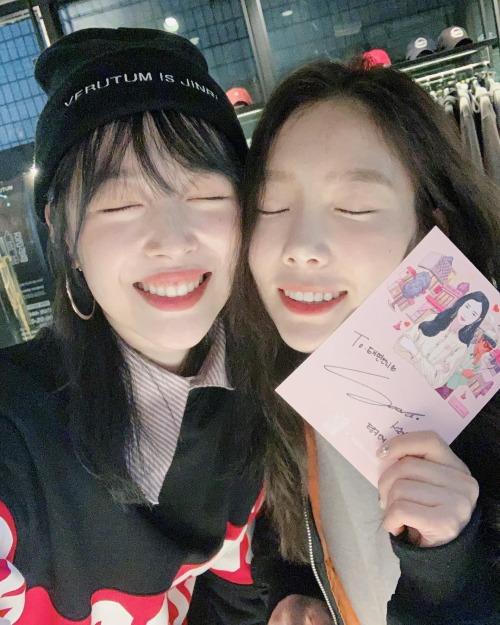 Trong một bức hình chụp chung cùng Sulli hồi cuối tháng 11, Tae Yeon cũng được khen là có làn da đẹp không kém cạnh quả đào tươi tắn Sulli. Thậm chí nhiều người còn lầm tưởng hai nữ ca sĩ như bạn bè cùng lứa, dù Sulli kém Tae Yeon tới5 tuổi.