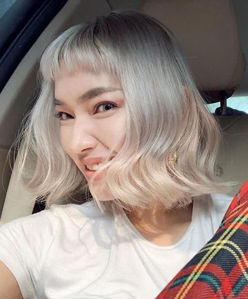 Châu Bùi từng là một trong những It Girl Việt đầu tiên lăng xê trở lại mốt tóc đen dài. Giờ đây, cô nàng cũng mạnh tay xuống kéo để có kiểu đầu bob lượn sóng, mái ngố ngang trán kèm màu bạch kim chất chơi.
