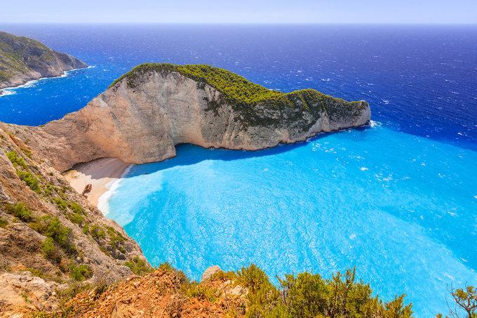 """<p> Shipwreck ở Hy Lạp được vinh danh là bãi biển đẹp nhất trên thế giới năm 2018. Nằm trong một vịnh nhỏ hẻo lánh, bãi biển xinh đẹp này được bao quanh bởi những vách đá vàng cao chót vót. Bãi biển Shipwreck (hay còn gọi AKA Navagio) ở Zakynthos chỉ có thể đến được bằng thuyền. Nơi đây được chấm 10 điểm về vẻ hoang sơ, 8 điểm cho vị trí và chất lượng nước. """"Nó tuyệt hơn cả một giấc mơ. Nước biển tinh khiết cùng với xác con tàu cũ rỉ sét trong cát khiến nó trở thành một bãi biển phải đến một lần trong đời"""".</p>"""