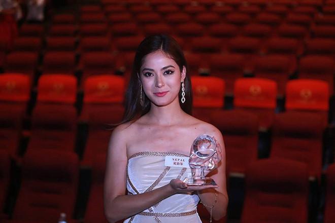 """<p> BTC Hoa hậu Thế giới mới đây vừa công bố kết quả giải thưởng """"Beauty With A Purpose - Sắc đẹp vì mục đích cao cả"""". Top 5 của phần thi là các thí sinh New Zealand, Indonesia, Mexico, Việt Nam và Nepal, họ sẽ được đặc cách vào thẳng top 30. Trong đó, người đẹp Nepal -Shrinkhala Khatiwada - thắng giải phụ quan trọng nhất cuộc thi: Người đẹp Nhân ái.</p>"""
