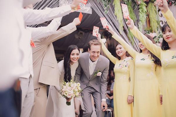 Hồi tháng 8, cô kết hôn với một doanh nhân người Pháp vàcùng chồng sang nước ngoài sinh sống và làm việc. Gần đây, cô quyết định trở về Việt Nam với mong muốn gắn bó với quê hương, phục vụ cho hãng không nước nhà.