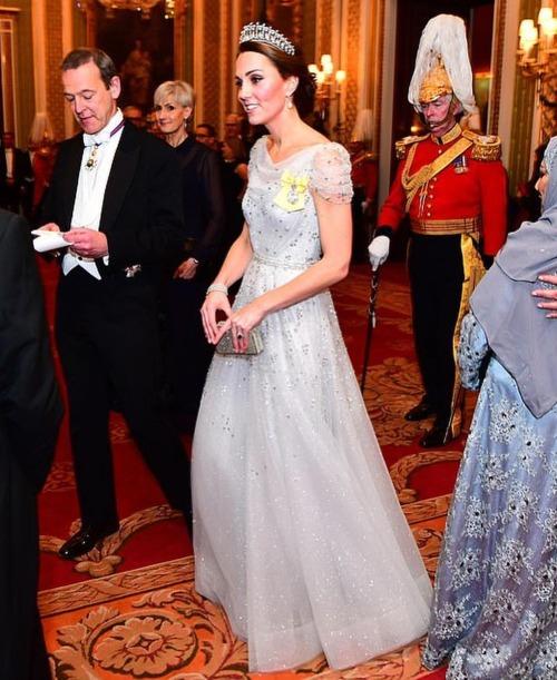 Công nương Kate khiến fan nín thở khi đội vương miện của Diana - 2