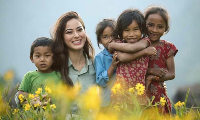 <p> Chia sẻ về lý do thực hiện dự án này, Hoa hậu Nepal cho biết, làng Chepang tại Nepal là nơi có cuộc sống thiếu thốn, gặp nhiều vấn đề nghiêm trọng liên quan đến sức khỏe. Vì vậy, cô muốn xây dựng tại đây một trung tâm y tế, giúp người dân có cuộc sống tốt hơn. Trong video, nụ cười thân thiện của Hoa hậu Nepal gây ấn tượng với người đối diện.</p>