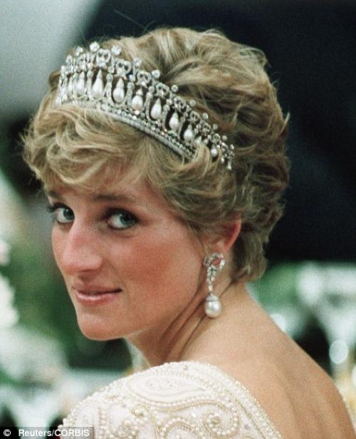 Kể từ khi được Nữ hoàng Elizabeth II trao tặng trong ngày cưới, móntrang sứcnày từng được công nương Diana đội rất nhiều lần.