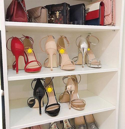 Thúy Vi gây thích thú khi tiết lộ một góc tủ túi xách, giày dép hàng hiệu của cô nàng. Ngoài hàng loạt mẫu túi đắt đỏ đến từ các nhà mốt Chanel, Gucci... cô nàng còn rất chuộng sắm giày cao gót. Trong đó, riêng mẫu sandals quai ngang mảnh Thúy Vi đã sở hữu đến 5 đôi giống hệt mẫu mã, chỉ khác biệt về màu sắc.