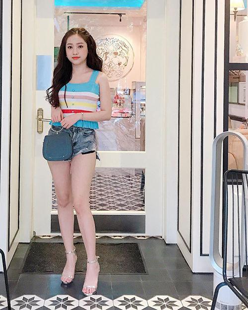 Có thân hình khá nhỏ bé nên người đẹp 19 tuổi không ngại đi những đôi 12 cm chót vót nhằm giúp vóc dáng nuột nà hơn. Từ váy áo điệu đà cho đến quần áo năng động đều được cô nàng kết hợp cùng mẫu sandals này.