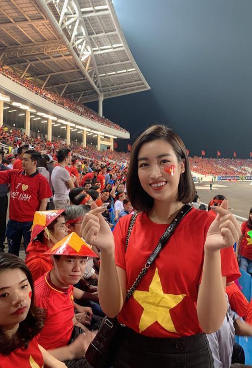 Tối 6/12, trận bán kết lượt về giữa đội tuyển Việt Nam và Philippines đã diễn ra. Sau khi cầm hòa 0-0 ở hiệp 1, cả hai đội bước sang hiệp 2 với tâm trạng hùng hục khí thế. Liên tục ép sân, Quang Hải và Công Phượng khiến khán giả nhà bùng nổ khi ghi liên tiếp hai bàn vào lưới Philippines và giúp Việt Nam đánh bại đối thủ mạnh ở lượt về với tỷ số 2-1. Đồng thời, đội tuyển Việt Nam cũng giành vé vào chơi trận chung kết cùng Malaysia. Nhiều sao Việt theo dõi trận đấu đã bày tỏ sự sung sướng trước kết quả xứng đáng của đội tuyển Việt Nam.Hoa hậu Đỗ Mỹ Linh cùng người đẹp Huỳnh Thúy Vi đã đến sân vận động Mỹ Đình để cổ vũ đội nhà. Cô gọi các cầu thủ là những người hùng và tin Việt Nam sẽ vô địch AFF Cup 2018.