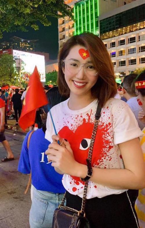 Diễn viên Thúy Ngân cho biết cô sẽ đi bão sau khi xem đội tuyển Việt Nam thi đấu ở phố đi bộ Nguyễn Huệ cùng khán giả.