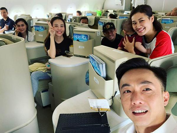 Đàm Thu Trang và Cường Đô la rủ nhau bay ra Hà Nội để ủng hộ đội tuyển Việt Nam.