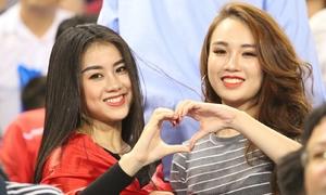 Những girl xinh nổi bật trên khán đài trận bán kết Việt Nam - Philippines