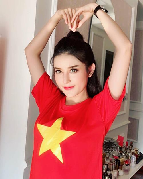 Huyền My diện áo cờ đỏ sao vàng, hừng hực khí thế trước giờ ra sân Mỹ Đình cổ vũ đội tuyển Việt Nam.