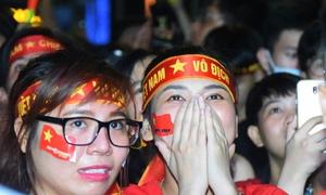 CĐV khóc cười lẫn lộn khi Quang Hải, Công Phượng ghi bàn thắng