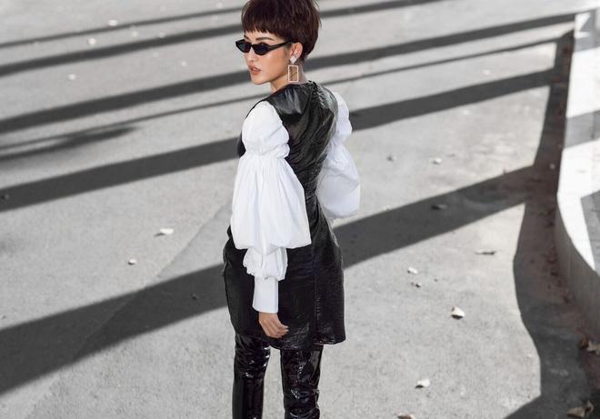 <p> Với mái tóc ngắn cá tính, Huyền My nổi bật trên phố với bộ váy da bóng chữ A, phối cùng áo sơ mi trắng tay phồng và boots da quá đầu gối. Phụ kiện hoa tai to bản mang tới hơi thở phóng khoáng và là điểm nhấn ấn tượng cho set đồ.</p>