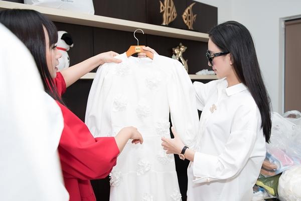 Hà Thu được NTK Hằng Nguyễn tư vấn kỹ lưỡng trang phục thảm đỏ và trang phục trình diễn.