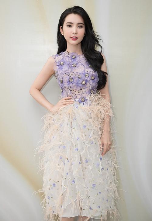 Buổi thử trang phục còn có thêm nhiều gương mặt khác như Hoa hậu Du lịch Thế giới 2018 - Huỳnh Vy. Cô gây chú ý khi đến buổi thử trang phục với bộ váy đơn giản nhưng không kém phần gợi cảm.