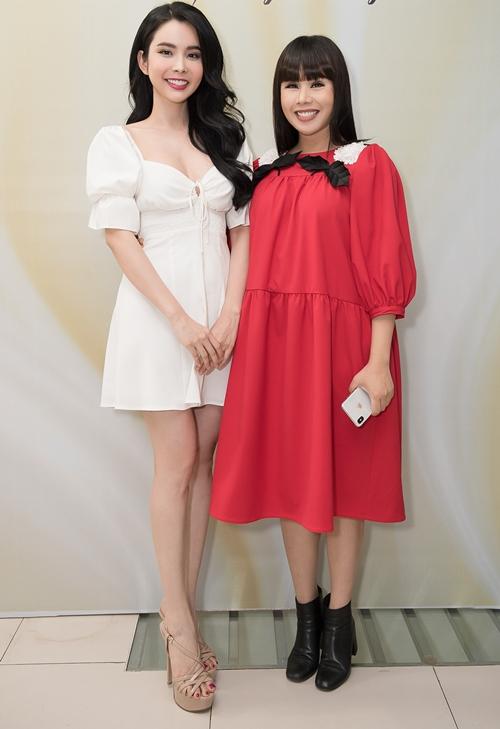 Cô được NTK Hằng Nguyễn giao trọng trách mở màn cho phần trình diễn áo dài tại show diễn.