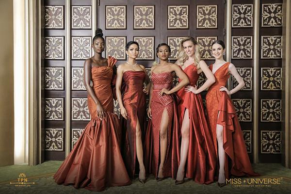 Tối 5/12, HHen Niê và có 92 thí sinh khác có hoạt động trình diễn trang phục của các nhà thiết kế Thái Lan trong đêm tiệc chào mừng tại Miss Universe.