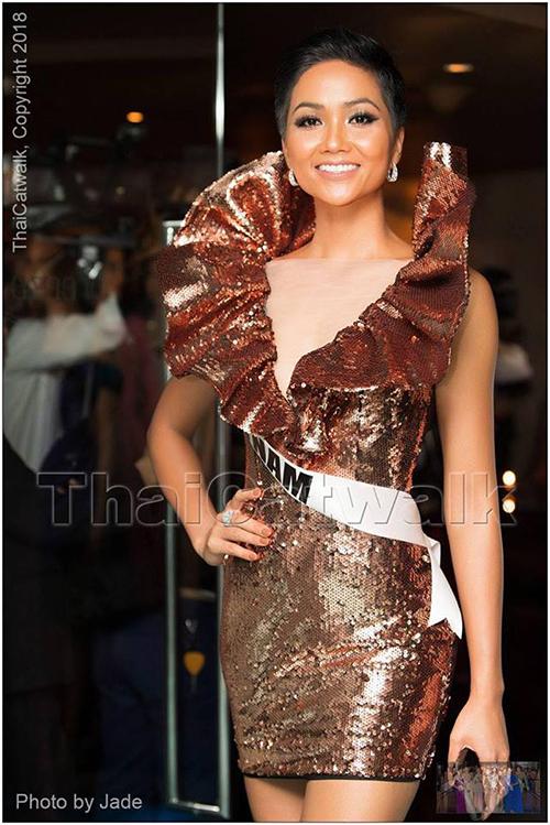 Theo yêu cầu của BTC, các thí sinh phải mặc trang phục đầm cocktail, vì vậy hoa hậu HHen Niê quyết định chọn thiết kế phá cách của NTK Lưu Ngọc Kim Khanh.  Tuy nhiên, nhiều thí sinh khác đã không làm theo yêu cầu từ BTC và chọn những thiết kế dạ hội dài.  Hoa hậu HHen Niê chia sẻ, với bộ trang phục này, cô cảm thấy tự tin hơn vì thoải mái, năng động, phù hợp với không khí đêm tiệc đứng cocktail. Tại buổi tiệc, cô có phần hát hò cùng hoa hậu Puerto Rico và cháy hết mình với tuổi trẻ.