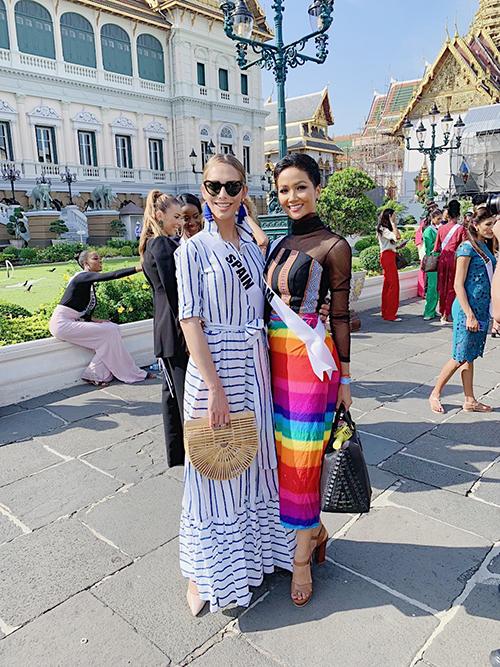 Trong hoạt động đi thăm một ngôi chùa, HHen Niê diện váy quấngiống hệt người Thái Lan, in bảy sắc cầu vồng. Chiếc váyvừa kín đáo, lịch sự lại vừa ngầm ủng hộ cộng đồng LGBT khiến đối thủ là người đẹp chuyển giới Tây Ban Nha rất cảm kích. Một số thí sinh chọn trang phục chưa đúng khi diện váy ngắn trên gối.