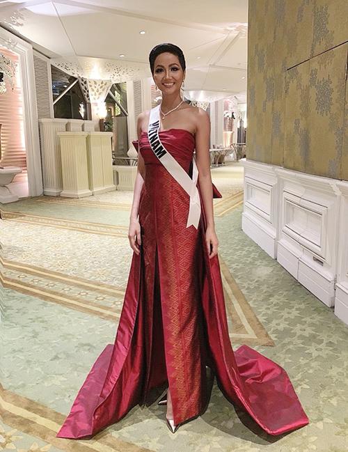 Đi theo đúng chủ đề của buổi tiệc là Thai Night, HHen Niê đã mặc một bộ đầm dạ hội quyến rũ, tuy nhiên vẫn thể hiện rõ nét đặc trưng văn hóa Thái Lan với chất liệu gấm họa tiết sang trọng. Trang phục này từng được giới thiệu ở Thailand Silk Fashion Week. Trong buổi tiệc, HHen Niê lần đầu khoe khả năng catwalk ở cuộc thi và được đánh giá khá cao về thần thái. Hình ảnh của cô với bộ cánh rất Thái Lan phủ sóng Instagram của Vogue Thái Lan.