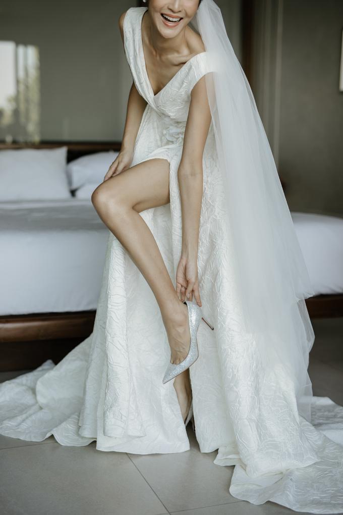 <p> Chiếc váy phom chữ A có phần ngực và tà váy xẻ sâu, tôn lên vẻ gợi cảm của cô dâu. Những nếp gấp hai bên cùng bông hoa ở eo giúp người mặc thêm duyên dáng. Họa tiết chìm nhưng tạo hiệu ứng thị giác như nổi lên trên bề mặt vải khá độc đáo.</p>
