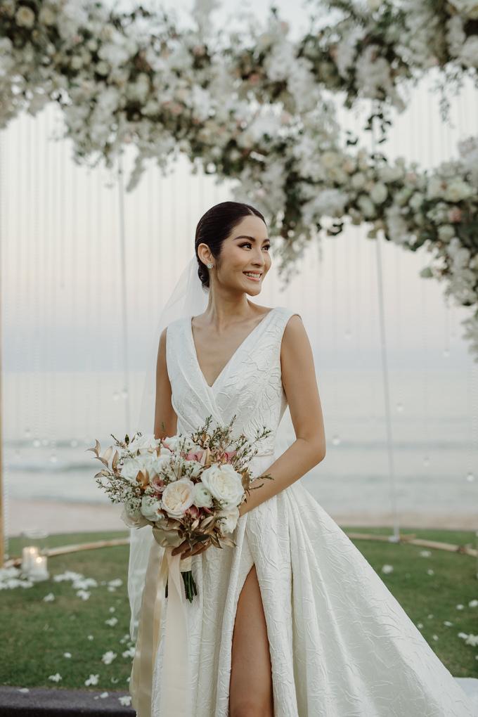 <p> Người đẹp rất thích thú, hài lòng với chiếc váy cưới mà NTK Đỗ Mạnh Cường chuẩn bị. Không gian tổ chức hôn lễ của Hoa hậu Hoàn vũ Thái Lan 2007 cũng đồng nhất với ý tưởng trang phục.</p>