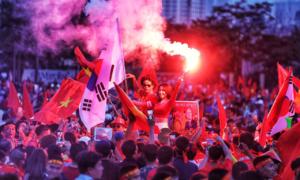 Cổ động viên xuống đường mừng Việt Nam vào chung kết