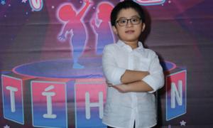 Cậu bé 8 tuổi viết bảng chữ cái bằng 10 thứ tiếng
