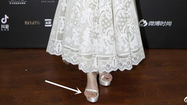 Cách chọn sandals đi kèm của Ngô Cẩn Ngôn cũng bị nhận xét là thiếu tinh tế. Đôi giày không vừa vặn khiến ngón chân của cô nàng lộ ra ngoài mũi giày trông kém sang.