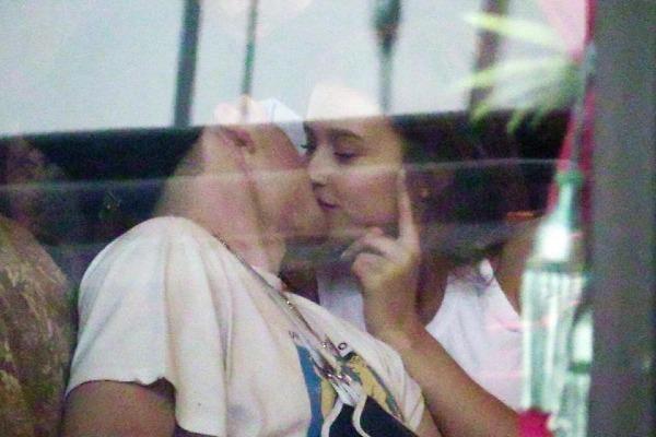 Brooklyn cũng từng bị bắt gặp hôn một người mẫu Playboy sau khi chia tay Chloe.