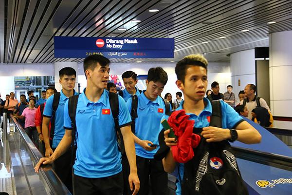 Sau khoảng 3 giờ 20 phút, lúc20h (giờ địa phương), đoàn đã đáp xuống sân bay an toàn. Họ tranh thủ ngủ trên máy bay để hồi sức. Khi xuống sân bay tinh thần của các cầu thủ khá thoải mái.