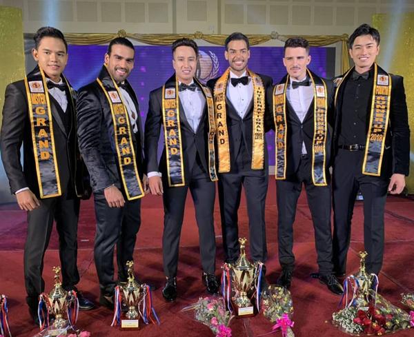 Đại diện Việt Nam Lý Cao Thiên Sơn (thứ ba từ trái sang) cùng các thí sinh đoạt giải trong cuộc thi.