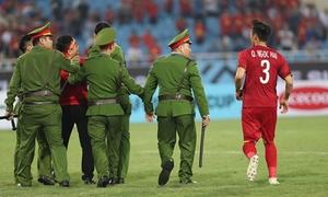 Fan cuồng bị bắt giữ vì lao vào sân, Quế Ngọc Hải vội ra 'giải cứu'