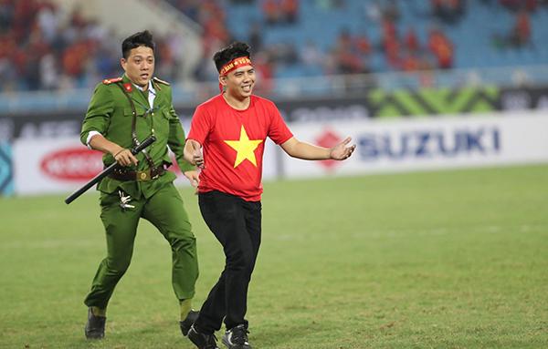 Tuyển Việt Nam vừa có một trận thắng trước Philippines ở bán kết lượt về trên sân Mỹ Đình để giành tấm vé vào chung kết AFF Cup. Trên sân cỏ sau khi kết thúc trận đấu có một tình huống với fan cuồng diễn ra. Một nam CĐV đã lao từ khán đài B chạy qua A rồi xuống sân nhằmtiếp cận các cầu thủ.